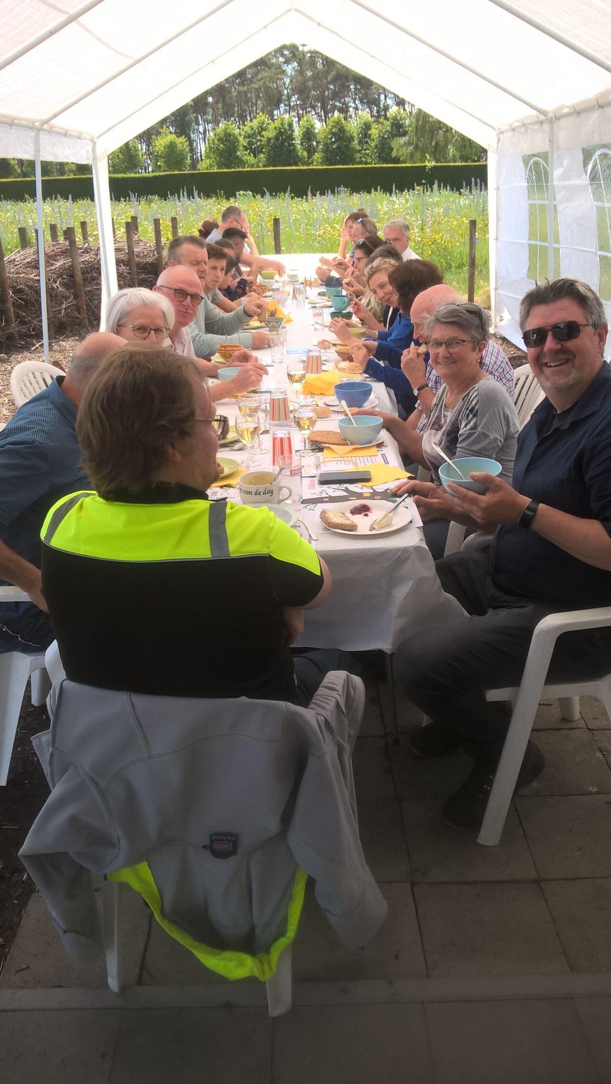 VZW De Tandem aan de Langste eettafel in Vredeshofkes